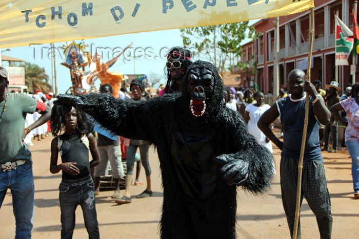 guinea-bissau55: Bissau, Guinea Bissau / Guiné Bissau: Amílcar Cabral Avenue, Carnival, monster / Avenida Amilcar Cabral, Carnaval, monstro - photo by R.V.Lopes - (c) Travel-Images.com - Stock Photography agency - Image Bank