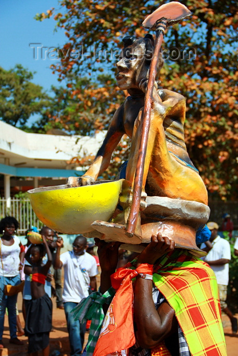 guinea-bissau56: Bissau, Guinea Bissau / Guiné Bissau: Amílcar Cabral Avenue, Carnival, mask/ Avenida Amilcar Cabral, Carnaval, máscara - photo by R.V.Lopes - (c) Travel-Images.com - Stock Photography agency - Image Bank