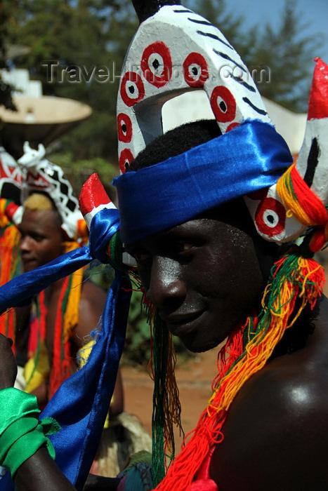 guinea-bissau57: Bissau, Guinea Bissau / Guiné Bissau: Amílcar Cabral Avenue, Carnival, man with mask / Avenida Amilcar Cabral, Carnaval, homem com máscara - photo by R.V.Lopes - (c) Travel-Images.com - Stock Photography agency - Image Bank