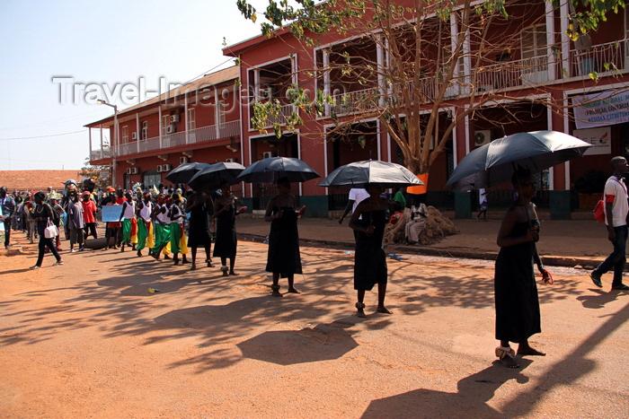 guinea-bissau58: Bissau, Guinea Bissau / Guiné Bissau: Amílcar Cabral Avenue, Carnival, young women parading / Avenida Amilcar Cabral, carnaval, jovens mulheres a desfilar - photo by R.V.Lopes - (c) Travel-Images.com - Stock Photography agency - Image Bank
