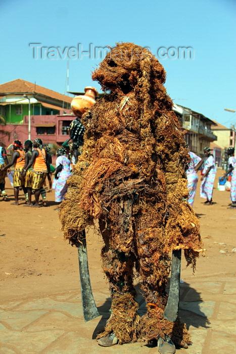 guinea-bissau64: Bissau, Guinea Bissau / Guiné Bissau: Amílcar Cabral Avenue, Carnival, parade, man covered as for a 'cancuran', a circumcision ceremony / Avenida Amilcar Cabral, Carnaval, desfile, homem mascarado de 'cancuran', como para uma cerimónia de circuncisão - photo by R.V.Lopes - (c) Travel-Images.com - Stock Photography agency - Image Bank