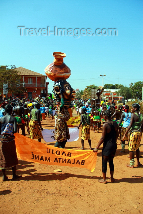guinea-bissau65: Bissau, Guinea Bissau / Guiné Bissau: Amílcar Cabral Avenue, Carnival, parade / Avenida Amilcar Cabral, Carnaval, desfile - photo by R.V.Lopes - (c) Travel-Images.com - Stock Photography agency - Image Bank