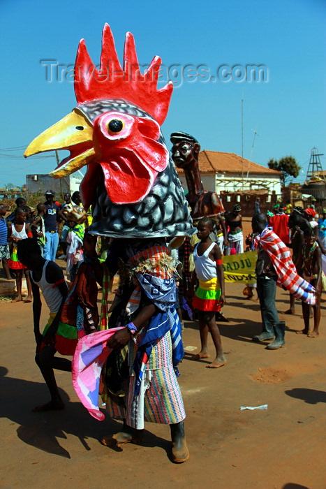 guinea-bissau68: Bissau, Guinea Bissau / Guiné Bissau: 3 de Agosto Avenue, Carnival, parade, mask of a chicken / Avenida do 3 de Agosto, Carnaval, desfile, máscara de uma galinha - photo by R.V.Lopes - (c) Travel-Images.com - Stock Photography agency - Image Bank