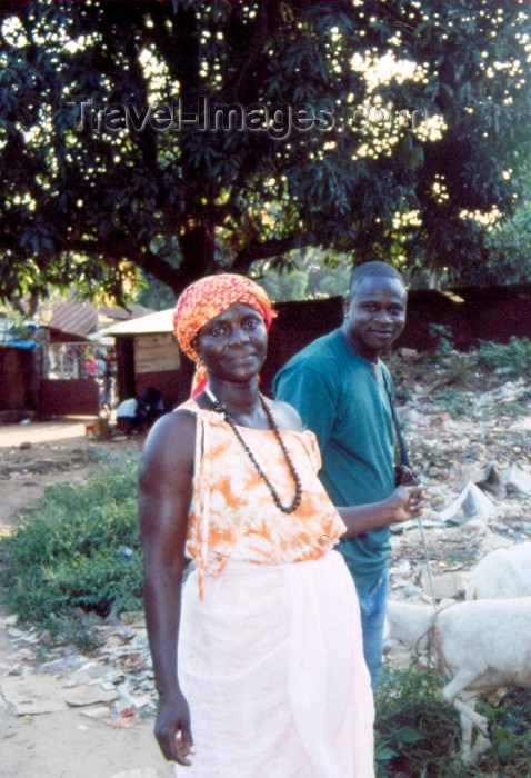 guinea-bissau7: Guinea Bissau / Guiné Bissau - Bula,  Cacheu Region: man and woman / homem e senhora (foto de / photo by Dolores CM) - (c) Travel-Images.com - Stock Photography agency - Image Bank
