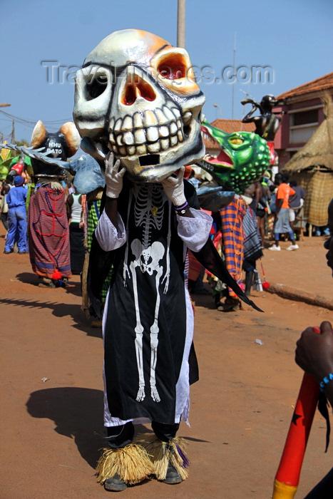 guinea-bissau72: Bissau, Guinea Bissau / Guiné Bissau: 3 de Agosto Avenue, Carnival, parade, mask of a skeleton / Avenida do 3 de Agosto, Carnaval, desfile, máscara de um esqueleto - photo by R.V.Lopes - (c) Travel-Images.com - Stock Photography agency - Image Bank