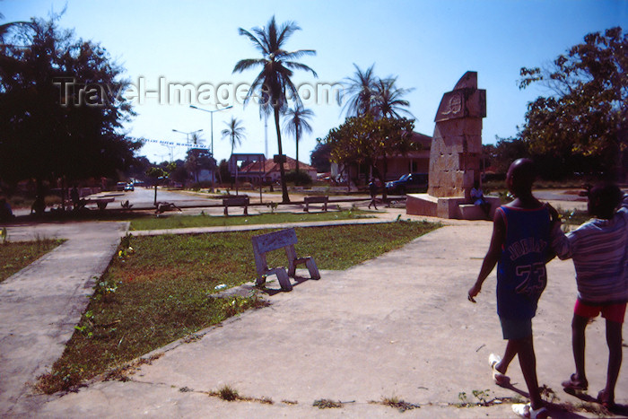 guinea-bissau9: Guinea Bissau / Guiné Bissau - Cacheu: square with colonial monument, marking 500 years upon the death of Henry, the Navigator - the town hosted the first Portuguese feitoria in Guinea / praça com monumento colonial Português, monumento ao Infante Dom Henrique, por Severo Portela Júnior (foto de / photo by Dolores CM) - (c) Travel-Images.com - Stock Photography agency - Image Bank