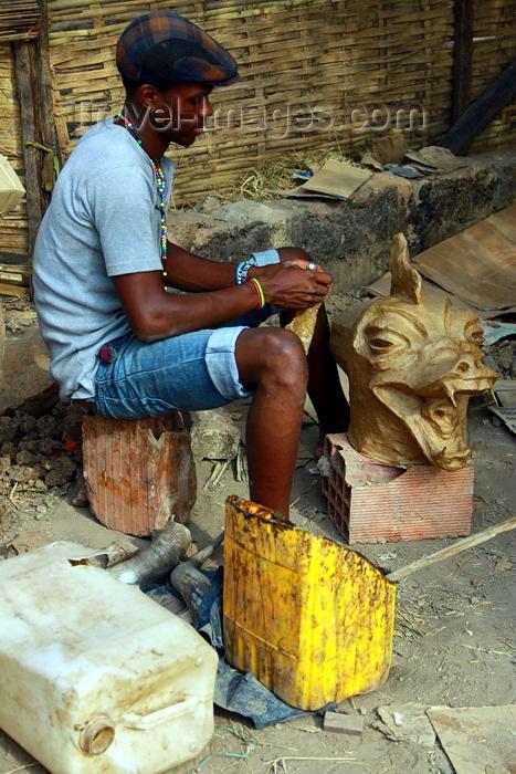 guinea-bissau92: Bissau, Guinea Bissau / Guiné Bissau: Chão de Papel Varela quarter, Carnival masks, man sculpting a mask of a dragon / Bairro 'Chão de Papel Varela', máscaras de Carnaval, preparação, homem a esculpir uma máscara de um dragão - photo by R.V.Lopes - (c) Travel-Images.com - Stock Photography agency - Image Bank