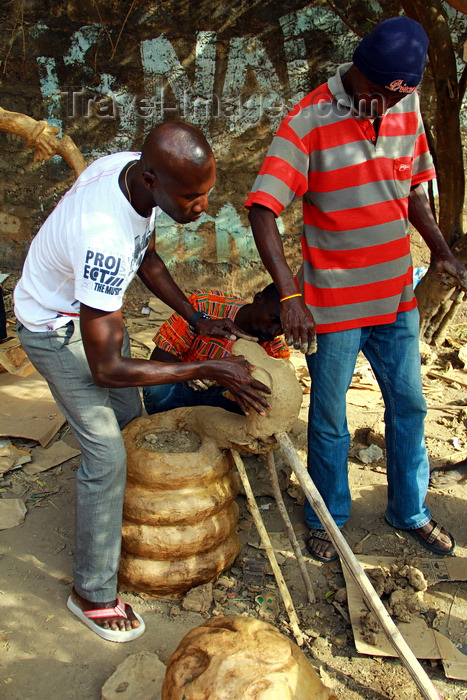 guinea-bissau93: Bissau, Guinea Bissau / Guiné Bissau: Quarter 'Chão de Papel Varela', Carnival Masks, men to sculpt a mask of a snake / Bairro 'Chão de Papel Varela', mascaras de carnaval, preparação, homens a esculpir uma máscara de uma cobra - photo by R.V.Lopes - (c) Travel-Images.com - Stock Photography agency - Image Bank