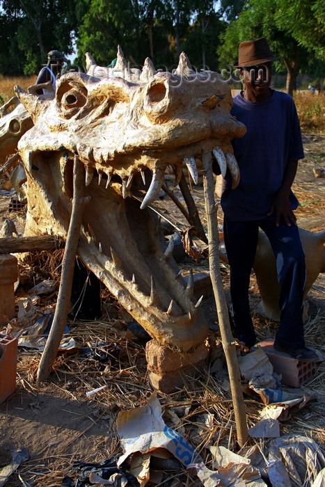 guinea-bissau96: Bissau, Guinea Bissau / Guiné Bissau: Bandim quarter, Carnival masks, mask of a dragon and a skull, man/ Bairro 'Bandim', máscaras de Carnaval, preparação, máscara de um dragão, homem - photo by R.V.Lopes - (c) Travel-Images.com - Stock Photography agency - Image Bank
