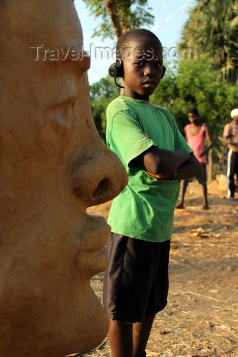 guinea-bissau98: Bissau, Guinea Bissau / Guiné Bissau: Bandim quarter, Carnival masks, child and a mask / Bairro 'Bandim', máscaras de Carnaval, preparação, a criança e máscara - photo by R.V.Lopes - (c) Travel-Images.com - Stock Photography agency - Image Bank