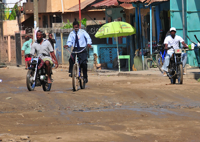 haiti41: Ouanaminthe / Juana Mendez, Nord-Est Department, Haiti: traffic on main street - mud and bikes - photo by M.Torres - (c) Travel-Images.com - Stock Photography agency - Image Bank