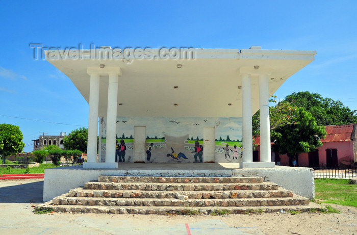 haiti68: Fort-Liberté, Nord-Est Department, Haiti - Hispaniola / Quisqueya /  Kiskeya: stage at the Place d'Armes - photo by M.Torres - (c) Travel-Images.com - Stock Photography agency - Image Bank