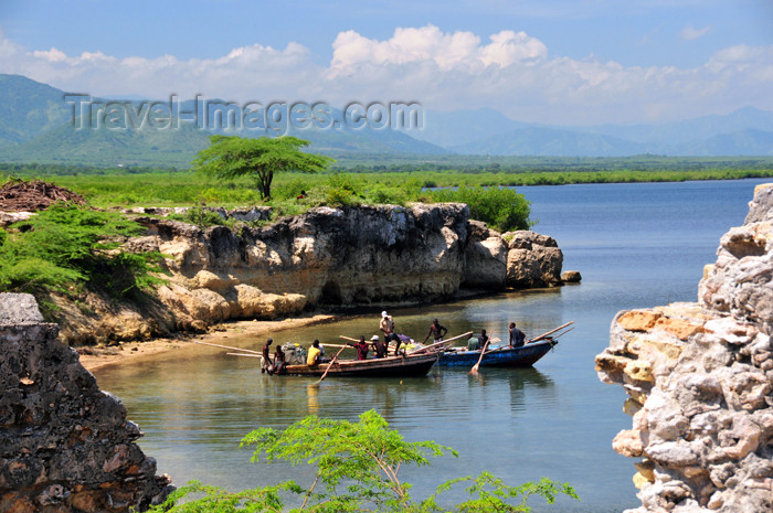 haiti93: Fort-Liberté, Nord-Est Department, Haiti: fishermen, cliffs, alluvial plains and the North mountains - photo by M.Torres - (c) Travel-Images.com - Stock Photography agency - Image Bank