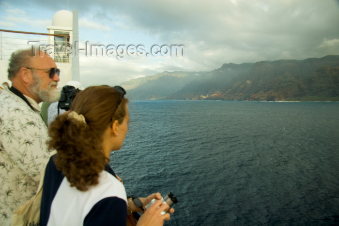 hawaii16: Hawaii - Kauai Island: Na Pali coast: scenic viewwith cruise ship passengers in foreground - Hawaiian Islands - photo by D.Smith - (c) Travel-Images.com - Stock Photography agency - Image Bank