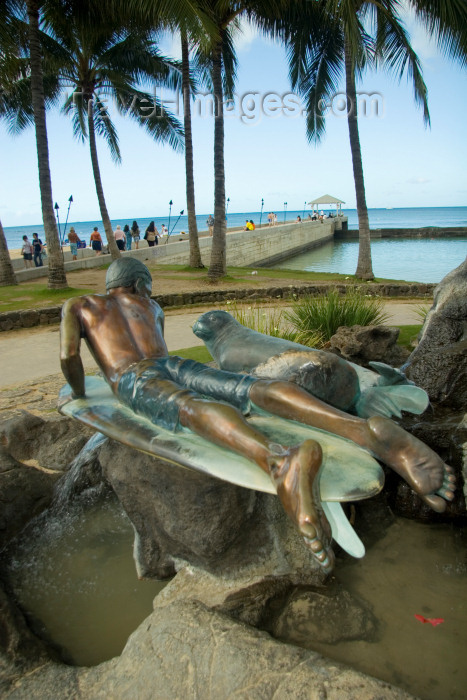 hawaii20: O'ahu island - Oahu island - Waikiki beach: surfer and seal - Duke Paoa Kahanamoku statue - palm trees and ocean in background - photo by D.Smith - (c) Travel-Images.com - Stock Photography agency - Image Bank