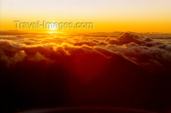 hawaii81: Hawaii - Maui island: sunrise rom the top of the Haleakala volcano - Photo by G.Friedman - (c) Travel-Images.com - Stock Photography agency - Image Bank