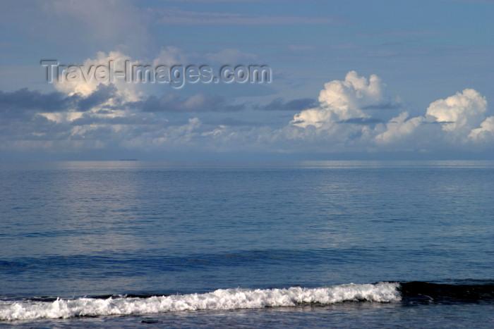 honduras17: Honduras - Roatán island: morning blues - beach - wave - Caribbean Sea - photo by C.Palacio - (c) Travel-Images.com - Stock Photography agency - Image Bank