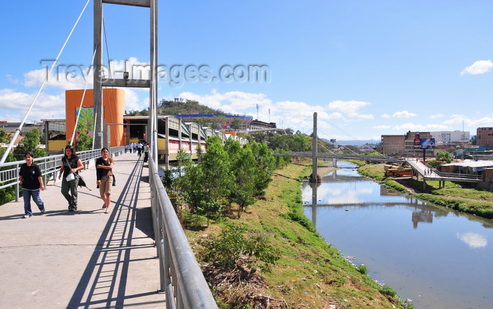 honduras54: Tegucigalpa, Honduras: coming from the market - Mercado la Isla - bridge over Río Choluteca - Estadio - Monumento a la Paz - photo by M.Torres - (c) Travel-Images.com - Stock Photography agency - Image Bank