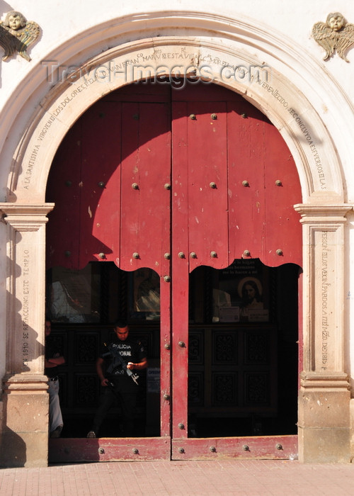 honduras67: Tegucigalpa, Honduras: armed guard - entrance to Dolores church - iglesia de la Virgen de los Dolores - photo by M.Torres - (c) Travel-Images.com - Stock Photography agency - Image Bank