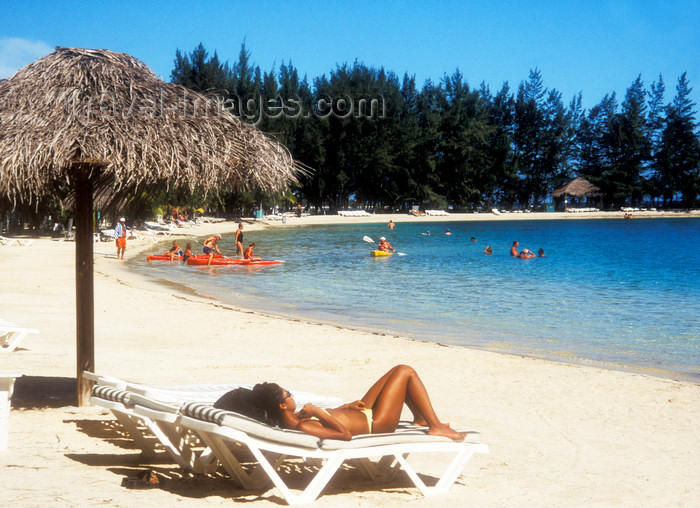 honduras8: Honduras - Roatán island: woman sun tanning - tropical beach - bikini - photo by D.Forman - (c) Travel-Images.com - Stock Photography agency - Image Bank