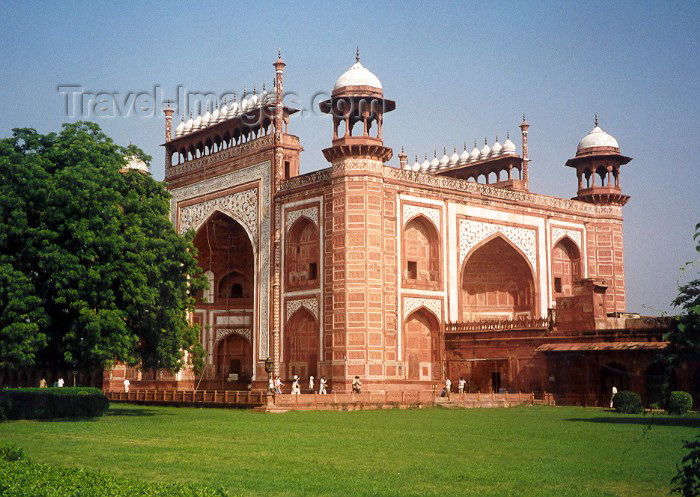 india16: India - Agra (Uttar Pradesh): entrance to the Taj Mahal complex (photo by Miguel Torres) - (c) Travel-Images.com - Stock Photography agency - Image Bank