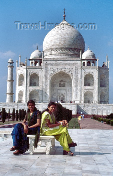 india161: India - Agra (Uttar Pradesh) / AGR : Agra: young ladies at the Taj Mahal - Unesco world heritage (photo by Francisca Rigaud) - (c) Travel-Images.com - Stock Photography agency - Image Bank