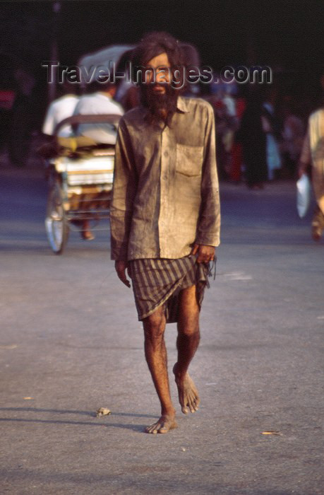india171: India - Agra (Uttar Pradesh) / AGR: a man on his way (photo by Francisca Rigaud) - (c) Travel-Images.com - Stock Photography agency - Image Bank