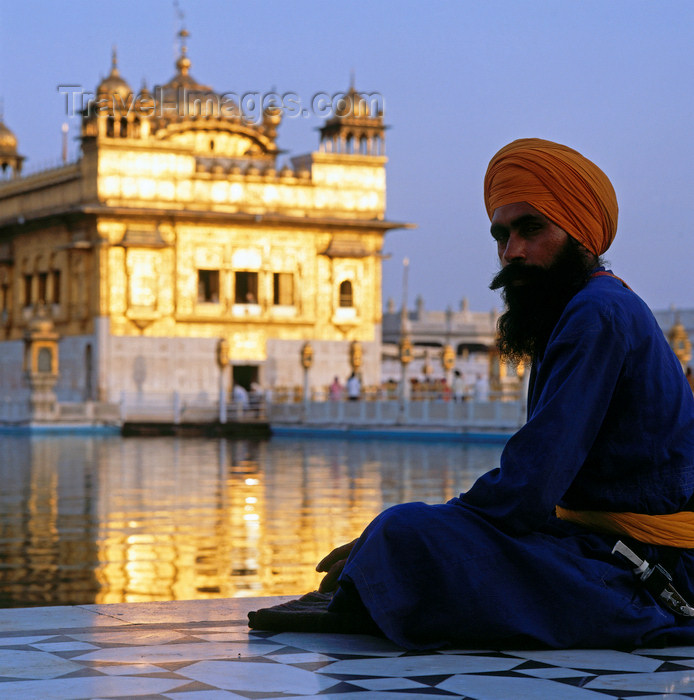 india192: India - Amritsar (Punjab): Sikh man by the pond of the Golden temple - photo by W.Allgöwer - (c) Travel-Images.com - Stock Photography agency - Image Bank