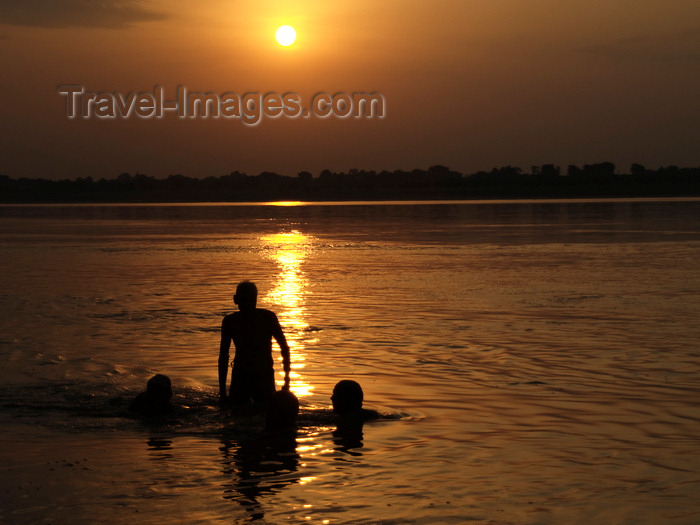 india197: Varanasi, Uttar Pradesh, India: silhouettes bathing in the Ganges river - sunset - photo by J.Hernández - (c) Travel-Images.com - Stock Photography agency - Image Bank