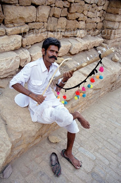 india216: India - Jaisalmer: Rajasthani musician - photo by J.Kaman - (c) Travel-Images.com - Stock Photography agency - Image Bank