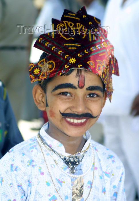 india240: India - Narendranager (Uttaranchal): young boy enjoys taking part in a costume parade - festival of Navaratri (photo by Rod Eime) - (c) Travel-Images.com - Stock Photography agency - Image Bank