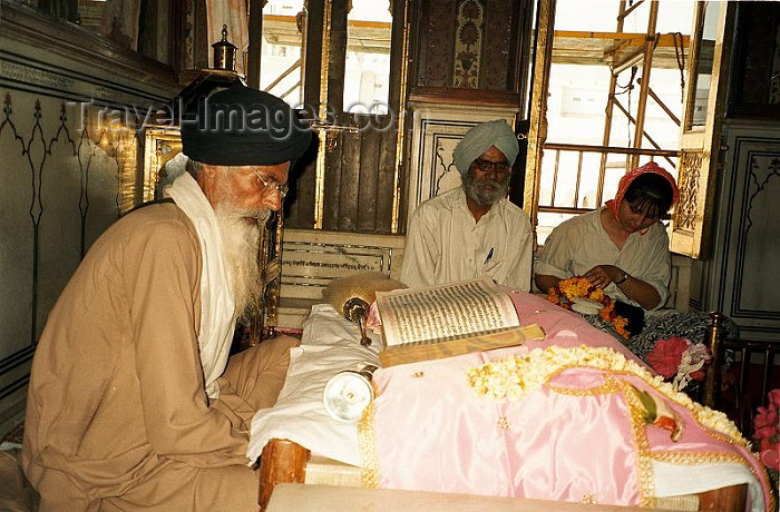 india256: India - Amritsar (Punjab): Sikh reading from Holy Book - Guru Granth Sahib (photo by J.Kaman) - (c) Travel-Images.com - Stock Photography agency - Image Bank