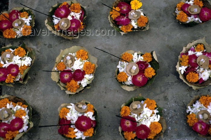 india276: India - Uttaranchal - Rishikesh: ritual offerings for sale - flowers, sugar and incense sticks that will be placed on the Ganges like a miniature boat - photo by W.Allgöwer  - Zum Verkauf angebotene Opfergaben. In ein großes geformtes Blatt werden Blüten - (c) Travel-Images.com - Stock Photography agency - Image Bank