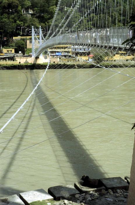 """india278: India - Uttaranchal - Rishikesh: suspension bridge over the river Ganges / Ganga - photo by W.Allgöwer  - Zum Verkauf angebotene Opfergaben. In ein großes geformtes Blatt werden Blüten, Zucker und ein Räucherstächen gelegt. Das kleine """"Boot"""" wird dann v - (c) Travel-Images.com - Stock Photography agency - Image Bank"""