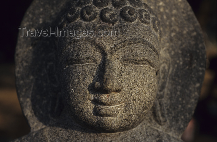 india28: India - Halebeed / Halebid (Karnataka): Buddha head in sandstone - photo by W.Allgöwer - (c) Travel-Images.com - Stock Photography agency - Image Bank