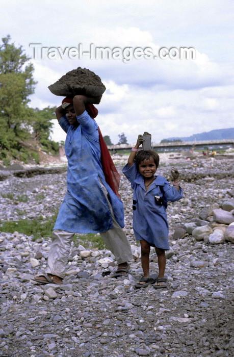 india283: India - Uttaranchal - Rishikesh: day labourer with child - photo by W.Allgöwer Vor allem die in die Städte gezogene Landbevölkerung muß sich anfangs oft den Lebensunterhalt als Tagelöhnerin bzw. Tagelöhner verdienen. Die Arbeitsbedingungen sind hart und  - (c) Travel-Images.com - Stock Photography agency - Image Bank