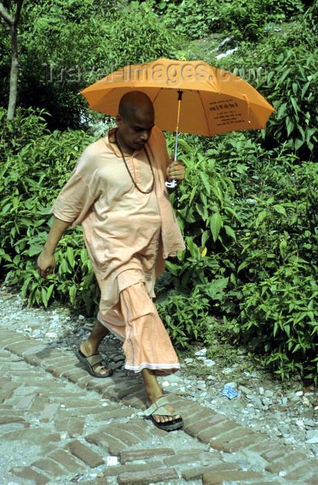 india290: India - Uttaranchal - Rishikesh: Sadhu with parasol - photo by W.Allgöwer Ein Sadhu (Sanskrit) ist ein hinduistischer Mönch mit asketischem Lebenswandel, der vom Betteln lebt. In Indien/Nepal werden sie meist sehr respektiert, da ihre Askese nicht nur al - (c) Travel-Images.com - Stock Photography agency - Image Bank