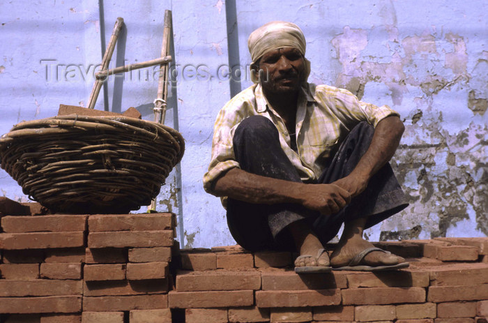india293: Amritsar (Punjab): construction worker sitting on a brick wall - photo by W.Allgöwer - (c) Travel-Images.com - Stock Photography agency - Image Bank