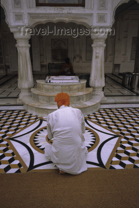 india298: Amritsar (Punjab): Sikh pilgrimn praying the Golden Temple - Harimandir Sahib or Darbar Sahib - religion - Sikhism - photo by W.Allgöwer - (c) Travel-Images.com - Stock Photography agency - Image Bank