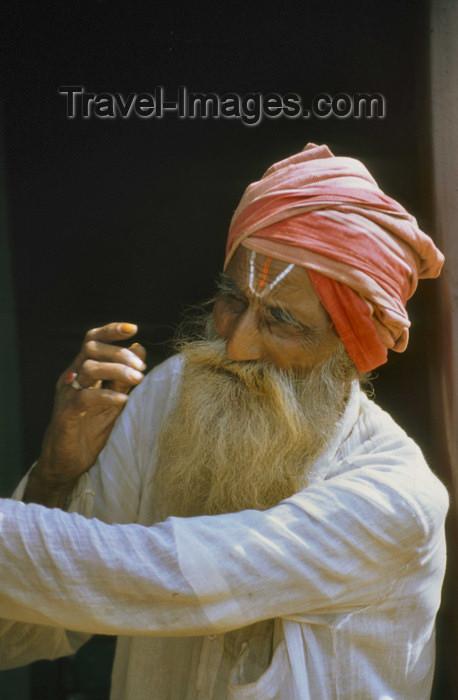 india308: South India: sadhu with turban - photo by W.Allgöwer  Ein Sadhu (Sanskrit) ist ein hinduistischer Mönch mit asketischem Lebenswandel, der vom Betteln lebt. In Indien/Nepal werden sie meist sehr respektiert, da ihre Askese nicht nur als persönliche Aufgab - (c) Travel-Images.com - Stock Photography agency - Image Bank