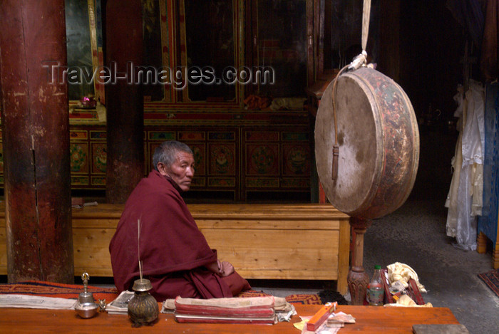 india354: India - Ladakh - Jammu and Kashmir: Tikse gompa - monk and drum - photos of Asia by Ade Summers - (c) Travel-Images.com - Stock Photography agency - Image Bank