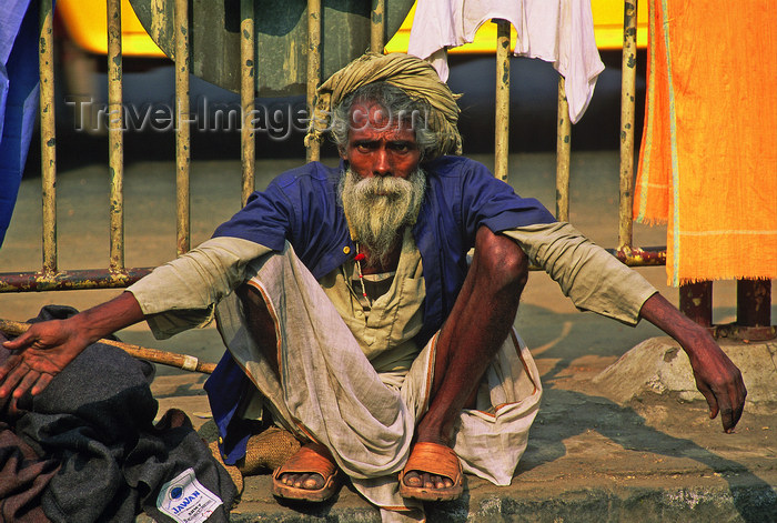 india366: India - Calcutta / Kolkata (West Bengal): a beggar in the front of Howard train station - photo by E.Petitalot - (c) Travel-Images.com - Stock Photography agency - Image Bank