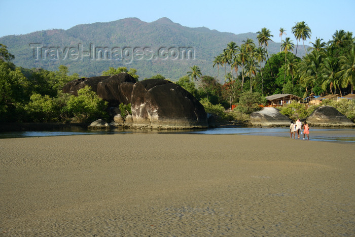 india389: India - Goa: rock outcrop on the beach - photo by M.Wright - (c) Travel-Images.com - Stock Photography agency - Image Bank