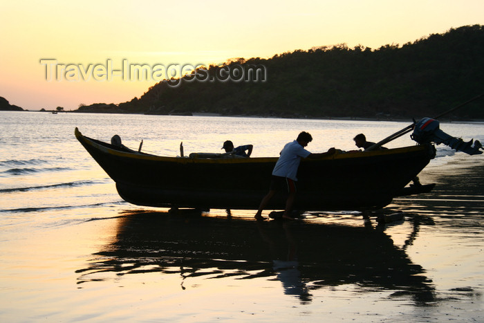 india391: India - Goa: fishermen move their boat - photo by M.Wright - (c) Travel-Images.com - Stock Photography agency - Image Bank