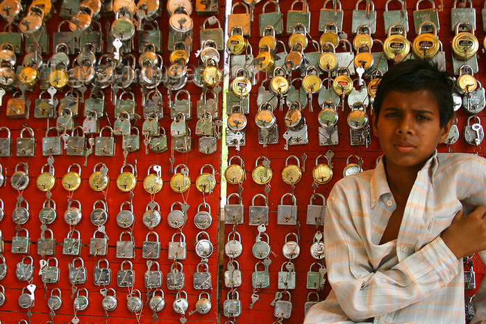 india442: Bundi, Rajasthan, India: boy selling padlocks - photo by M.Wright - (c) Travel-Images.com - Stock Photography agency - Image Bank