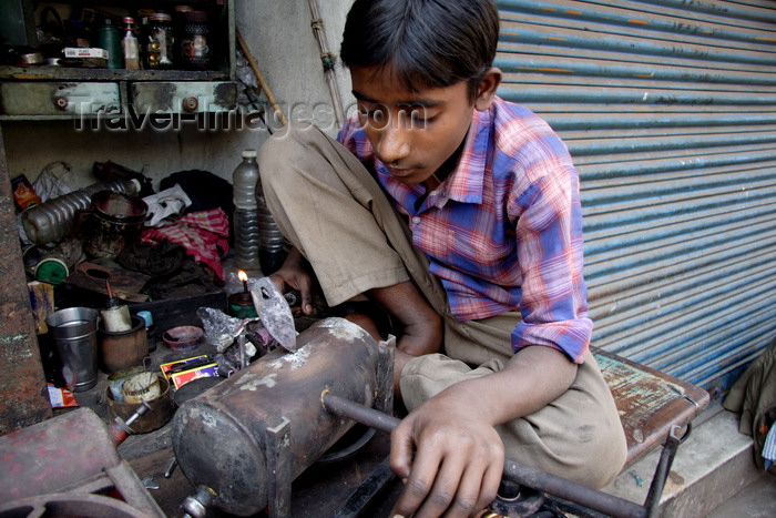 india474: Calcutta / Kolkata, West Bengal, India: child working with metal in the streets - child labour - photo by G.Koelman - (c) Travel-Images.com - Stock Photography agency - Image Bank