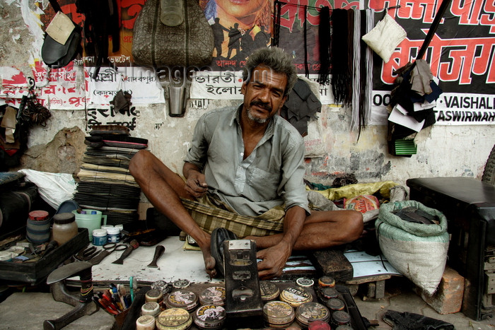 india478: Calcutta / Kolkata, West Bengal, India: shoemaker working in the street - photo by G.Koelman - (c) Travel-Images.com - Stock Photography agency - Image Bank