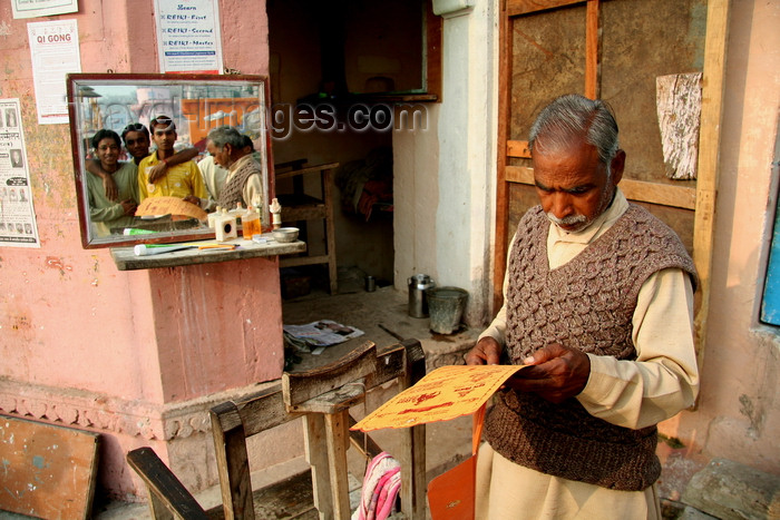 india488: Varanasi, Uttar Pradesh, India: barber waiting for work on the ghats of the Ganges - people in the mirror - photo by G.Koelman - (c) Travel-Images.com - Stock Photography agency - Image Bank