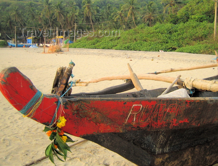 india64: Goa, India: Arambol Beach - flower decorated prow of a Goan outrigger fishing boat (Vadem) - photo by R.Resende - (c) Travel-Images.com - Stock Photography agency - Image Bank