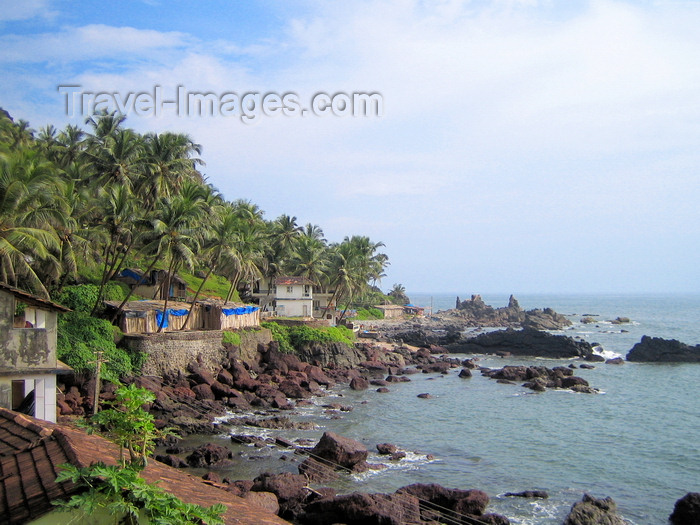 india68: Goa, India: rocky shore lined by palm-trees and micro 'hotels' - photo by R.Resende - (c) Travel-Images.com - Stock Photography agency - Image Bank